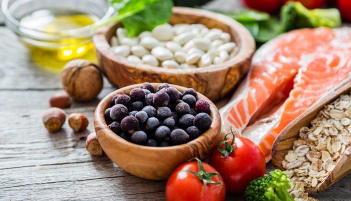 """เอาใจคนรักสุขภาพ กับเทรนด์ อาหารสุขภาพ มาแรงปี 2017 บอกเลยว่าถ้าไม่อยากตกเทรนด์ต้องดู เทรนด์ อาหารสุขภาพ สำหรับคนยุคใหม่ มีคุณประโยชน์ของสารอาหารที่ให้ผลดีต่อร่างกายอย่างเต็มเปี่ยม อาหารจึงเป็นปัจจัยหนึ่งที่ทำให้เรามีสุขภาพดี เราจึงต้องหันมาใส่ใจและเลือกกินแต่อาหารที่ช่วยควบคุมน้ำหนัก หรือมีผลดีต่อการลดน้ำหนักพร้อมกันไปด้วย ซึ่งวันนี้ Parpaikin ก็มีเทรนด์อาหารเพื่อสุขภาพที่มาแรงในปี 2017 มาฝากค่ะ ว่าแต่จะมีอะไรบ้างนั้นมาดูกันเลย อาหารสุขภาพ 2 1.เครื่องดื่มสมุนไพร สำหรับยุคที่เรื่องของสุขภาพกำลังมาแรงแบบนี้ หลายคนต่างก็เริ่มจะมองหาวิธีการรักษาสุขภาพแบบธรรมชาติกันมากขึ้น จึงทำให้เทรนด์ของอาหารหนีไม่พ้นในส่วนของเครื่องดื่มสมุนไพร ที่คาดว่าจะมีการวางขายกันมากขึ้นตามซุปเปอร์มาเก็ต หรือร้านผลไม้ต่างๆ ซึ่งประโยชน์ของเครื่องดื่มสมุนไพรนี้ก็มีมากมายหลายอย่างตามแต่ละชนิด เรียกได้ว่าจะป่วย เมาค้าง หรือต้องการแบบชูกำลัง เครื่องดื่มสมุนไพรก็สามารถตอบโจทย์ได้หมดเลยทีเดียว 2.สาหร่ายพวงองุ่น สาหร่ายพวงองุ่น เป็นสาหร่ายที่ฮิตติดกระแสเทรนด์อาหารเพื่อสุขภาพมาตั้งแต่ปีที่แล้วก็ว่าได้ เพราะสาหร่ายชนิดนี้มีคุณค่าทางอาหารสูง ซึ่งมีไอโอดีนที่จะช่วยป้องกันการเกิดโรคคอพอก แมกนีเซียมช่วยในการบำรุงกล้ามเนื้อและประสาท โพแทสเซียมช่วยควบคุมการทำงานเกี่ยวกับเซลล์และระบบน้ำภายในร่างกาย เรียกได้ว่าสาหร่ายพวงองุ่นจัดเป็นอาหารลดน้ำหนักที่น่าสนใจไม่น้อยเลยล่ะค่ะ 3.มะพร้าว อีกหนึ่งอาหารเพื่อสุขภาพที่กำลังมาแรงไม่แพ้กันก็คือ """"มะพร้าว"""" ที่สามารถเอามาใช้ได้หลากหลายวิธีสุดๆ ไปเลย ทั้งน้ำมะพร้าว น้ำมันมะพร้าว น้ำตาลมะพร้าว หรือแม้กระทั่งใช้ในการตกแต่งอาหารให้สวยงาม นอกจากนี้มะพร้าวยังมีน้ำตาลน้อยและช่วยในเรื่องของผิวพรรณ ทำให้เกิดเป็นเมนูเพื่อความงามต่างๆ มากมาย แบบนี้ต้องรีบไปหามะพร้าวมากินสักลูกซะแล้วสิ อาหารสุขภาพ 2.1 4.อาหารหมักดอง อาหารหมักดองหนึ่งในกระแสเทรนด์อาหารเพื่อสุขภาพ หากไม่พูดถึงกิมจิผักดองของเกาหลี หรือซาวเคราท์ กะหล่ำปลีหมักเกลือของเยอรมัน คงเป็นไปไม่ได้แน่นอน ซึ่งอาหารหมักดองเหล่านี้ก็ล้วนมีแบคทีเรียที่ดี ชื่อว่า โปรไบโอติกส์ โดยมีคุณสมบัติช่วยปรับสมดุลของสภาพแวดล้อมเกี่ยวกับลำไส้ ส่งผลให้จุลินทรีย์ชนิดดีสามารถเกาะติดผนังลำไส้ และเจริญเติบโตได้ดีขึ้น นอกจากนี้ยังช่วยป้องกันไม่ให้จุลินทรีย์ช"""